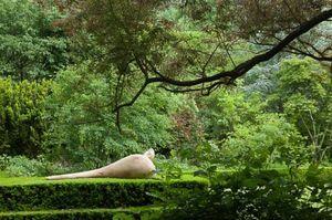 ROBERT ARNOUX - mère allongée avec son enfant - Sculpture