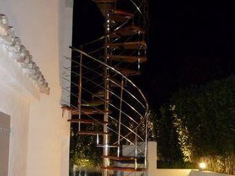 TRESCALINI - spiro : escalier colima�on inox et bois - Escalier D'ext�rieur
