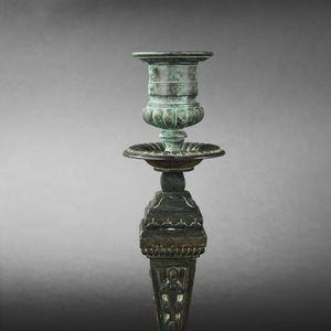 Expertissim - paire de flambeaux en bronze à patine vert antique - Flambeau