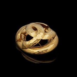 Expertissim - chanel. broche ovale en métal doré - Broche