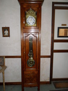 Loic Bougo - horloge en chataignier avec marquetterie balancier - Horloge Sur Pied