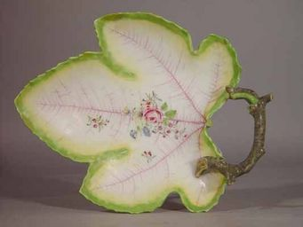 EARLE D VANDEKAR OF KNIGHTSBRIDGE - a chelsea porcelain grape leaf dish - Plat � Hors D'oeuvres