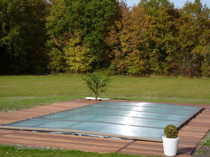 Flat swimming pool shelter