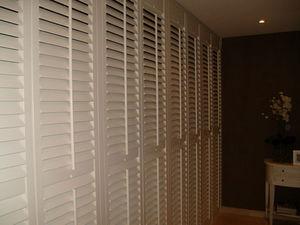 JASNO - porte persienne - Straight Walk In Closet
