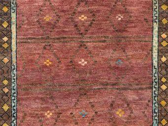 Bausol - gyanpur (bow red) - Maßgefertigter Wandteppich