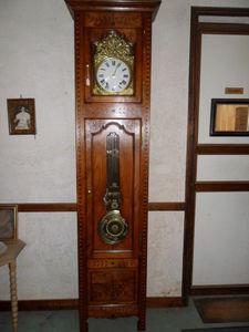 Loic Bougo - horloge en chataignier avec marquetterie balancier - Standuhr